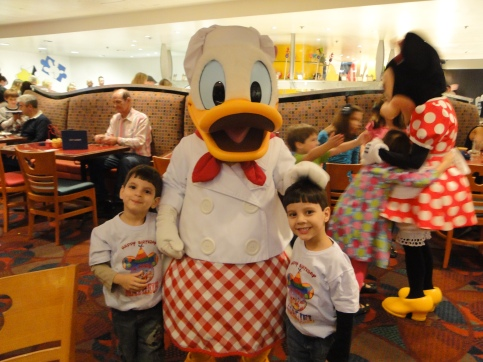 Encontro com personagens Pato Donald Chef Mickey`s Orlando