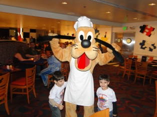 Encontro com personagens Pluto Chef Mickey`s Orlando