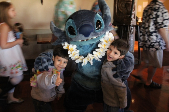 no Ohana's Best Friends Breakfast  encontro com personagens Stitch