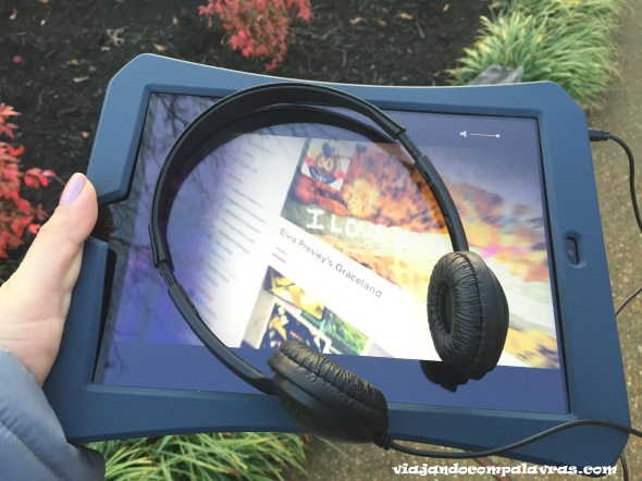 Tablet e fone do audio tour em Graceland Memphis